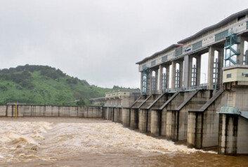 """""""北, 폭우에 황강댐 일부 수문 개방점차 낮아지고 있는 상태"""""""