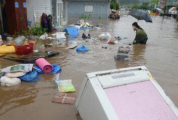 """""""둑 터지자 순식간에 집에 물 차 몸만 빠져나왔다"""" 망연자실"""