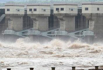 """황강댐 무단 방류 北에 """"유감""""한마디 후 바로 120억 지원"""
