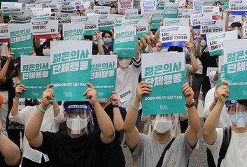 의사들 거리로 나가자, 병원은비상근무 체제…사태 장기화 우려