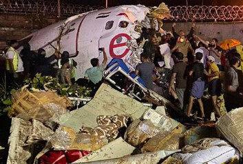 인도 여객기 착륙 사고로 두동강조종사 1명 사망·최소 50명 부상