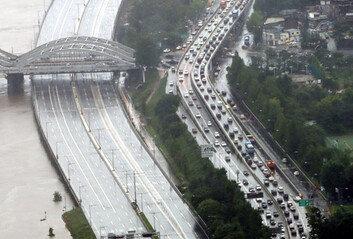 집중호우에 서울 곳곳 교통 통제내일부터 대중교통 증편