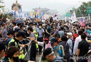 '광화문 집회' 일부 참가자 충돌물폭탄에 현장 이탈도
