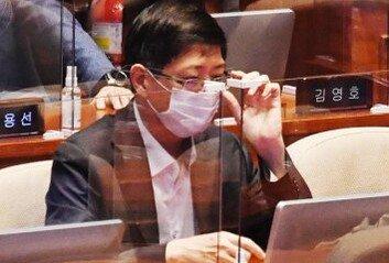 """김홍걸 """"출당 결정 엄숙히 받아들인다""""'與 비례당 부실 검증' 지적 계속"""