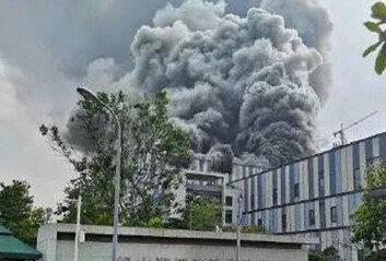 중국 화웨이 R&D 시설서 큰 불검은 연기 치솟아