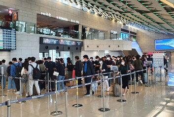 연휴 첫날 3만명 몰린 김포공항'추캉스족'에 방역우려 증폭
