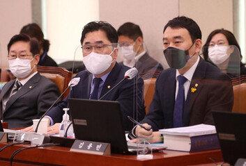 """尹 """"검찰총장은 장관 부하 아니다""""與 """"옷 벗고 정치를 하라"""""""
