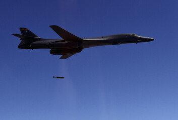 [단독]'죽음의 백조' B-1B 전략폭격기 1대주일미군 기지로 이동 배치