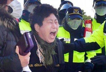 """법정서 꾸벅꾸벅 전두환, 시민들 """"구속하라"""" 외침에 눈 뜨기도"""