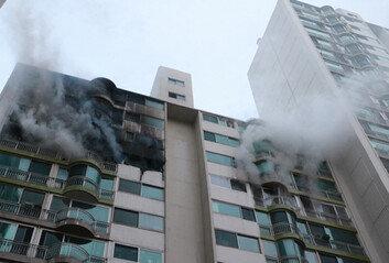 12층서 '펑' 폭발 소리와 함께 불길…군포 아파트 화재로 4명 사망