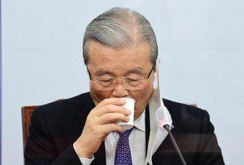"""김종인 """"文정부 윤석열 찍어내기,희대의 국제 망신"""" 비판"""