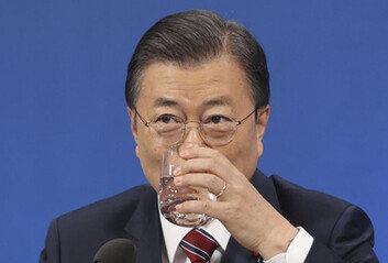 """""""입양아가 쇼핑 물건이냐""""文대통령 '교환발언'에 비판 봇물"""