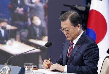 """文대통령 """"尹, 문재인 정부의 검찰총장""""…검찰 내부 반응은?"""