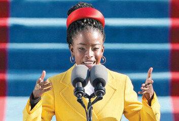 취임식 '깜짝 스타' 22세 흑인여성,축시로 상처난 미국을 다독였다