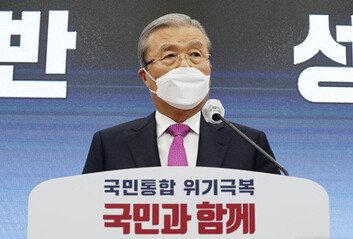 """""""文 정권 4년, 불공정이 세상 뒤덮어""""김종인, 기자회견서 맹폭"""