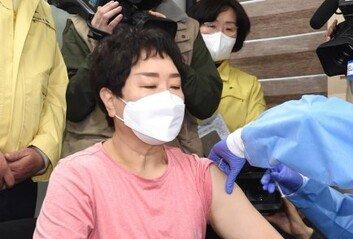 [속보]백신 첫 접종자는 서울 노원구 61세 요양보호사