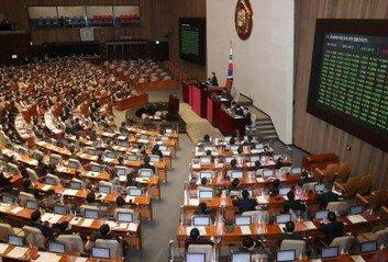 [속보]'가덕도신공항특별법' 국회 본회의 통과…재석 229명 중 181명 찬성