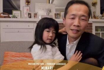 """""""제 딸이 '미나리' 만든 큰 이유""""정이삭 감독, 수상소감 내내 품안에"""