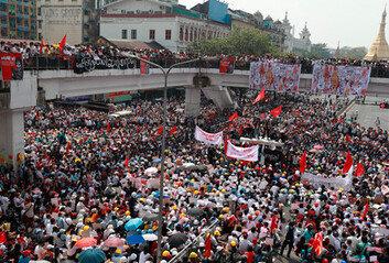 미얀마 '피의 일요일'…물대포-최루탄 등 유혈진압에도 거리로