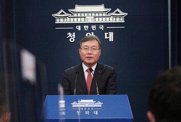 文, 尹 이어 신현수 사표도 수리후임 민정수석 김진국