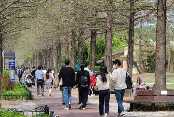 '4차 대유행' 우려속 주말공원 곳곳서 '노마스크'