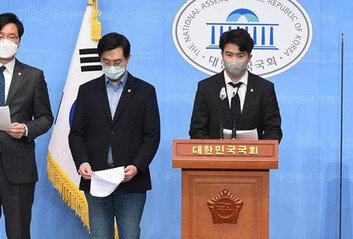 """""""감히 조국을…"""" 극성 친문, '초선 5적' 낙인 문자폭탄"""