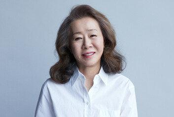 """윤여정, 아카데미 시상식 참여 위해 출국 """"코로나19로 조용히"""""""
