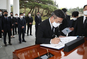 """오거돈 피해자, 윤호중 현충원 사과에 """"너무나 모욕적"""""""
