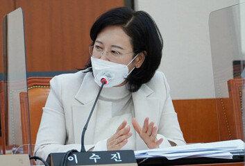 """""""이수진 업무능력 떨어져"""" 증언으로탄핵 지목된 판사, 법복 벗는다"""