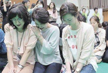 편견에 맞서 '무릎' 꿇은 엄마들 '특수학교 가는 길' 7년의 여정