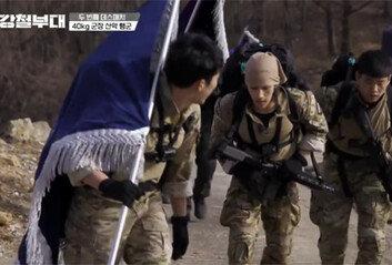 """""""예능을 목숨 걸고? 40kg 군장 산악행군 중 역주행 이유는…"""""""