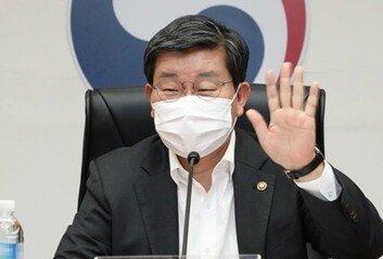 """전해철 """"백신 맞은 사람, '5인 집합금지' 제외 검토"""""""