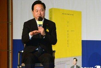 """""""큰 형님 죄송합니다"""" 김두관, 文대통령에 사과한 이유는…"""