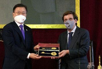 스페인 '황금열쇠' 선물받은 文 대통령국빈방문 일정 시작