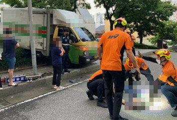 60대 택배기사, 미끄러져 내려오는 택배차량 몸으로 막다 사망