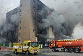 쿠팡 화재, 큰 불은 잡았다 건물 붕괴 우려