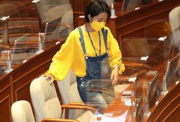 류호정, 이번에는 '멜빵바지' 입고 국회 출석