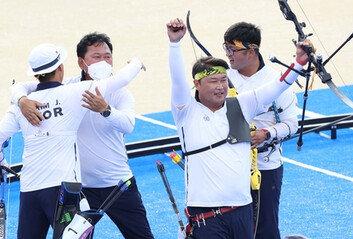 남자 양궁, '비빔밥 팀워크' 빛났다세대차 극복하고 金 명중