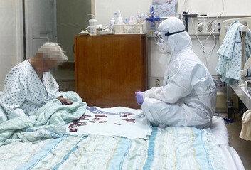 방호복 입고 치매 할머니와 화투 맞추는 간호사