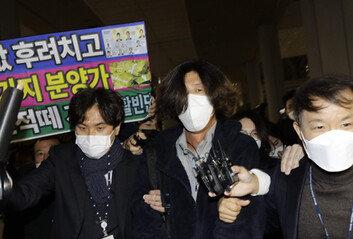'대장동 키맨' 남욱, 침묵 입국공항서 체포돼 검찰 압송