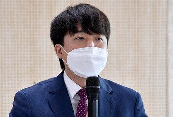"""이준석 """"내가 간첩에, 5천억 뇌물받아 사형? 보수 유튜버, 대환장 파티"""""""