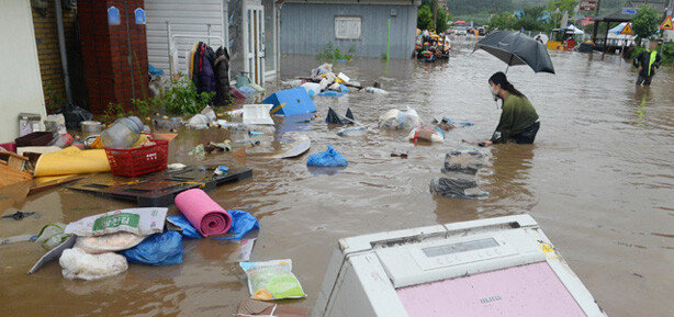 """""""둑 터지자 순식간에 집에 물 차… 몸만 빠져나왔다"""" 망연자실"""