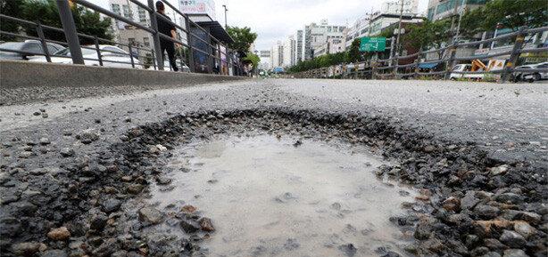 최장 장마에 '도로위 지뢰' 주의보  싱크홀-포트홀 이달만 수천건