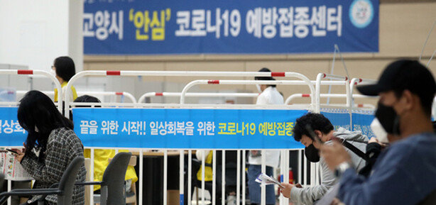 영업제한 풀고 사적모임 10명까지'위드 코로나' 초안 공개