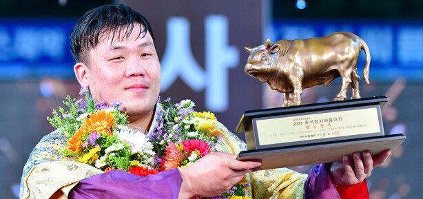 김진, 추석장사씨름대회 백두장사 등극…올해 3관왕