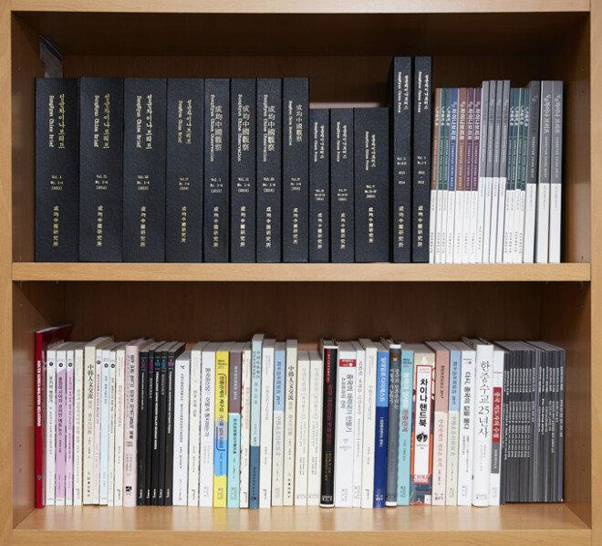 성균중국연구소가 간행한 학술 잡지와 단행본 중 일부.[홍중식 기자]
