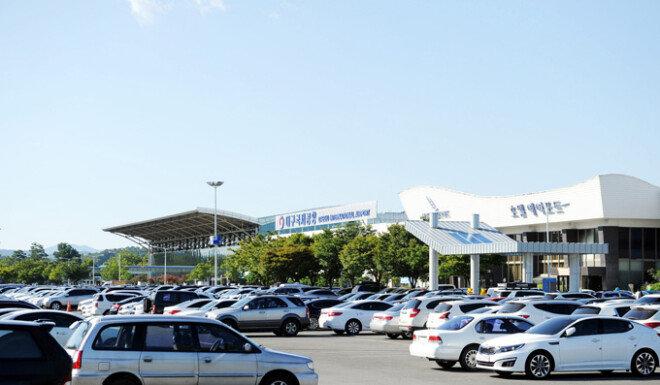 대구국제공항 주차장에 이용객들의 차량이 꽉 들어차 있다.[동아 DB]
