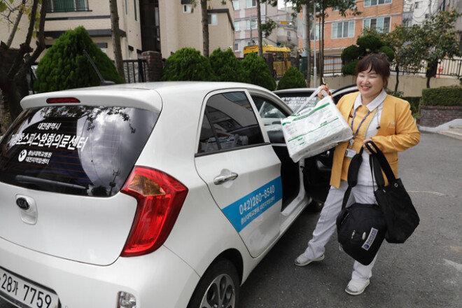 충남대병원 호스피스·완화의료팀 사회복지사 김순영 씨는 환자의 집으로 찾아가 호스피스 서비스를 제공한다.[박해윤 기자]