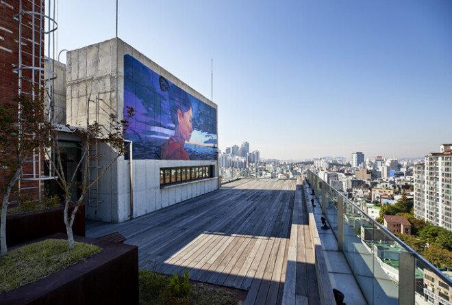'파우 와우 코리아' 축제의 일환으로 '영원한 사랑'이란 그래피티를 그려 넣은 옥상 외벽.
