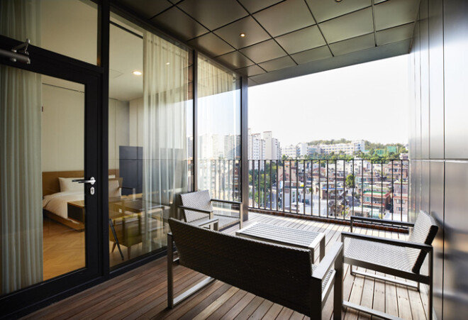 핸드픽트 호텔에서 제일 넓은 8층 객실의 테라스에서 바라본 상도동 주택가 풍경.